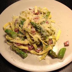 Een heerlijk en eenvoudig pastagerecht van verse tagliatelle met aspergepunten, spek en een roomsausje.