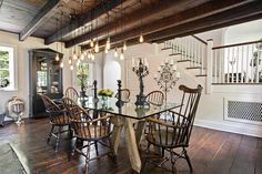 In Bucks County, a 1774 home is rebuilt. Here, the dining room with wood beams and pinewood floors. Colonial Chair, Us Real Estate, Beautiful Villas, Wood Beams, Interior Inspiration, Interior And Exterior, Bucks County, Sweet Home, House Design