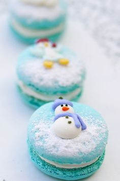 edible winter wedding favors macaroons with snowman Christmas Sweets, Christmas Baking, Christmas Cookies, Xmas, Snowman Cookies, Blue Christmas, Christmas Wedding, Macarons Christmas, Turquoise Christmas