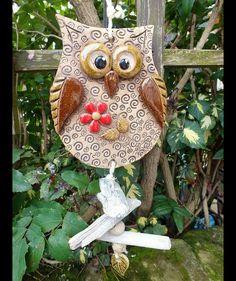 ...eine hübsche Eule als witzige Deko-Idee... insgesamt ca.47cm hoch Meine Keramiken sind alles Unikate, handgetöpfert aus hochwertigem Ton und zweimal gebrannt.  Ton und Glasuren sind lichtecht... Owl Crafts, Animal Crafts, Clay Crafts, Crafts To Make, Clay Owl, Clay Birds, Clay Art Projects, Ceramics Projects, Pottery Animals