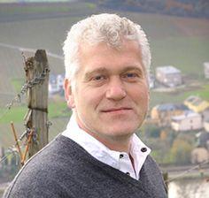 Horst Frieden ist der Winzermeister und Inhaber des Weinguts #Frieden-Berg aus Nittel an der #Obermosel. Zusammen mit seinem Sohn Maximillian baut er auf wertvollen Muschelkalkböden vorallem hervorragende Elbling- und Burgunderweine mit hohem Qualitätsanspruch an. Jetzt mehr erfahren auf http://www.vicampo.de/weingut-frieden-berg