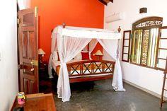 Villa Sepalika - Lit de la chambre orange avec sa moustiquaire