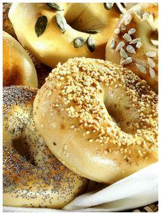 Ofenfrisch und warm zum Frühstück passen sie perfekt - Bagels | http://eatsmarter.de/rezepte/bagels-0