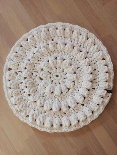 Minua pyydettiin tekemään pyöreä kylpyhuoneen matto. Halkaisijaltaan 60cm. Otin tämän yksinkertaisenkin pyynnön haasteena ja kokei...