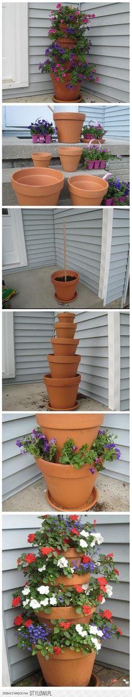 Maneira criativa de utilizar os vasos de plantas. As flores coloridas dão um toque especial à composição!