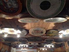 Der Himmel hängt voller Geigen und die Decke im Schützenhaus am Prebersee voller historischer Ehrenscheiben Heaven