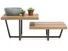 Deze salontafel heeft een warme uitstraling door het eikenhout.  De zwarte metalen poten geven een moderne toets aan dit model.  De verschillende niveau's zorgen voor een strak design.