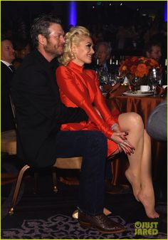 Gwen Stefani Sits in Blake Shelton's Lap at Clive Davis' Pre-Grammys 2016 Gala!: Photo Gwen Stefani sits in her boyfriend Blake Shelton's lap while in the audience during the 2016 Clive Davis Pre-GRAMMY Gala and Salute to Industry Icons held at The… Blake Shelton Gwen Stefani, Blake Shelton And Gwen, Gwen And Blake, Gwen Stefani And Blake, Gwen Stefani Body, Gwen Stefani Style, Marilyn Monroe, Cute Celebrities, Celebs