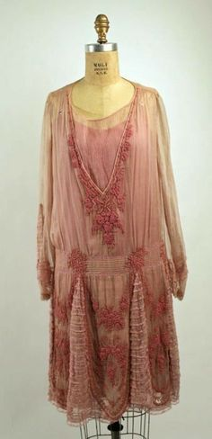 Flapper Era Dress,ca. 1926 - via The Costume Institute, Metropolitan Museum of Art (vintage lady, roarings fashion, apparel) 20s Fashion, Art Deco Fashion, Fashion History, Retro Fashion, Vintage Fashion, Fashion Design, Fashion Ideas, 1920 Style, Flapper Style