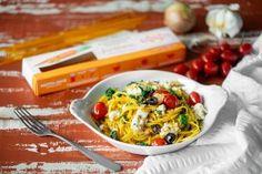 Valmista herkullinen ja nopeasti valmistuva aterian gluteenittomasta porkkanaspagetista. Oman pikantin lisänsä tähän ateriaan antaa salviapesto, jonka voit halutessasi korvata myös muilla pestokastikkeilla tai hienonnetulla tuoreella salvialla. Salvia, Pasta, Macaroni And Cheese, Meat, Chicken, Ethnic Recipes, Food, Mac And Cheese, Sage