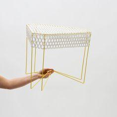 """Le designer Alexandre signe ce petit meuble léger et transparent. Le """"Guéridon Y"""" se compose d'une fine structure métallique tendue d'un tressage de lacets."""