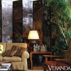 Details A Chinese Coromandel screen stands out with antique dolls on the side table. Asian Bedroom Decor, Asian Decor, Folding Screen Room Divider, Folding Screens, Room Screen, Room Dividers, Veranda Magazine, Decorative Screens, Decorative Objects