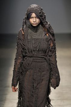What a woman of the Iron Islands would wear - Gareth Pugh Spring 2010 Weird Fashion, Dark Fashion, Got Costumes, Post Apocalyptic Costume, Dystopian Fashion, Dark Evil, Turquoise Eyes, Gareth Pugh, Post Apocalypse