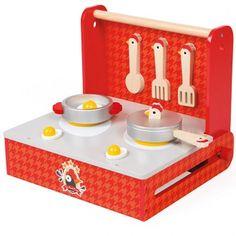 Cocotte es la cocina plegable de madera de Janod con símil de placas de inducción, utensilios, etc.,