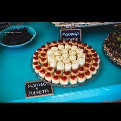 Romeu e Julieta emoldurando os docinhos de limão em uma mesa de doces deliciosamente linda!!! #docesfinos #atteliededoces #carolinadarosci #sobremesa #docinhos #casamento #eventos #artesanal #feitoamao #docesgourmet #florianopolis #sweettooth