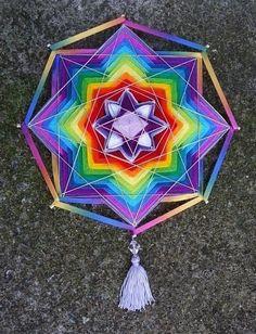 Mandala multicolorida com lã e fitas (30 cm) - Kamomilla Mandalas