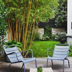 C'est le moment de prendre une grande inspiration et de se détendre avec @mainsdanslaterre  #fermob #chillout #détente #fauteuil #chair #monceau #carbone #bamboo #bambou #garden #gardening #jardinage