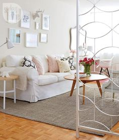 See how Morgan Lindsey of the @Style at Home blog, successfully uses a white EKTORP in her apartment of blended styles.