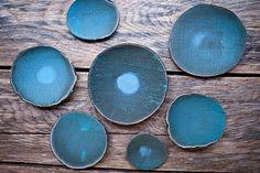 Blauw, blauw en blauw keramiek van Michele Michael van Elephant Ceramics. -- Lees verder op www.stylingblog.nl (klik op de foto of zie link in bio).