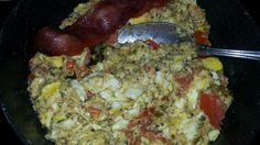 Tomato and cheesy egg for breakfast with turkey bacon. Healthy Low Calorie Breakfast, Healthy Eating, Cheesy Eggs, Turkey Bacon, Chicken, Food, Eating Healthy, Healthy Nutrition, Clean Foods