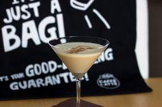 Pünktlich zum Wintercoolection-Gewinnspiel von Emmi gibt's von mir einen kleinen Post mit Emmi Caffè Latte Cappuccino.  Und zwar hab ich mir diesmal gedacht, ich mach mal einen Wintercocktail mit feinem Zimt-Mandel-Kaffee Aroma. Klingt komisch? Iss aber so! Also machen wir uns einen Emmi-Mandel-Martini. Winter Cocktails, Martini, Post, Tableware, Glass, Cinnamon Almonds, Weird Food, Vodka, Kaffee