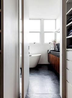 AR - arq. - banheiro com piso/ bancada em ardósia e armário em embuia