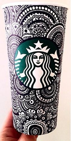 Sharpie Art: This is a picture of a Starbucks coffee cup with added sharpie art. Copo Starbucks, Starbucks Cup Art, Starbucks Drinks, Starbucks Hacks, Starbucks Products, Starbucks Recipes, Coffee Recipes, Coffee Drinks, Coffee Love