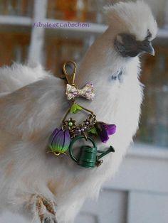"""Bijou de sac Porte clefs fantaisie fleuri et printanier - """"Arrosoir fleuri"""" - Connecteur et coupelles fleurs - Arrosoir - Fleurs - Violet,vert,bronze : Autres bijoux par fibule-et-cabochon"""
