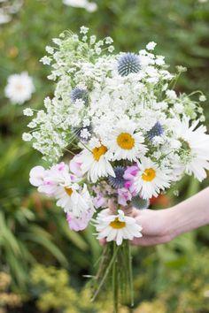 Homegrown DIY Wedding Bridal Bouquet Tutorial Cow Parsley Daisy Thistle Sweet Peas