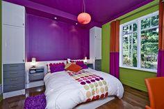 Chambre d'adolescente. Mobilier sur mesure et couleurs contrastantes dynamiques