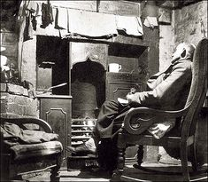 Early century Victorian / Edwardian kitchen scene in Salford, Manchester, showing rocking chair and cast iron range Old Pictures, Old Photos, Iconic Photos, Vintage Photographs, Vintage Photos, Salford, Old London, Slums, Documentary Photography