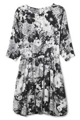 <p>This is a floaty dress with a fitted waist and all over floral pattern. It has a slit in the back and 3/4 length sleeves. In a size small this dress measures 95 cm in length and 100 cm around the chest. The sleeve length is 63 cm. </p>