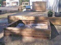 Hiekkalaatikko terassin kylkeen Garden Houses, Garden Structures, Sandbox, Play Houses, Deck, Barn, Home And Garden, Outdoor Decor, Green