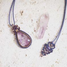 今日のマクラメ。 アメジストマクラメペンダント。  こちらの作品は販売可能です。  お気軽にメッセージにてお問い合わせ下さい♪  #MacrameJewelryMANO  #マノ #miyakojima #宮古島 #okinawa #macrame #マクラメ #handwork #handmade #手仕事 #diy  #naturalstone #gemstone #stone #mineral #crystal #鉱物 #天然石 #accessories #アクセサリー #ペンダント #pendant #アメジスト #amethyst