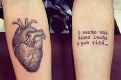 Ela já apareceu por aqui, na lista dos 20 tatuadores brasileiros para seguir no Instagram, e fez bastante sucesso. Ivy Saruzi tem 27 anos e é de Porto Alegre. Há 5 começou a trabalhar no Estúdio Edu Tattoo e nunca mais parou. Acredita que tinta na pele não é só sua profissão, é seu hobby …