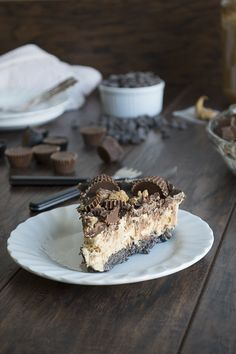 The BEST no bake pie! With an Oreo crust, creamy peanut butter filling, chocolate ganache and topped with heaps of peanut butter cups.
