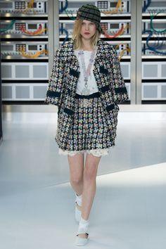 Chanel Spring 2017 Ready-to-Wear Fashion Show - Ola Rudnicka (Next)