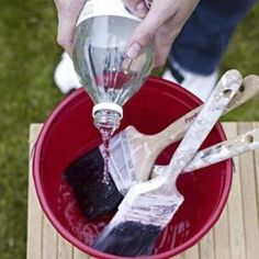 Soak old paintbrushes in hot vinegar for 30 mins then rinse to get the old paint out. (Lots more tips and tricks in the link.) Soak old paintbrushes in hot vinegar for 30 mins then rinse to get the old paint out. (Lots more tips and tricks in the link. Diy Cleaning Products, Cleaning Solutions, Cleaning Hacks, Cleaning Brushes, Hacks Diy, Paint Brush Cleaning, Clean Paint Brushes, Cleaning Vinegar, Oven Cleaning