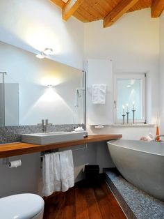 Graues Mosaik Im Waschbereich Und Auf Dem Podest Der Wanne, Holzdielen Und  Holzdecke, Zusätzlich