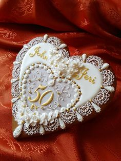 Cookie Connection - This looks like a jewelry brooch. Fancy Cookies, Heart Cookies, Valentine Cookies, Iced Cookies, Biscuit Cookies, Royal Icing Cookies, Cupcake Cookies, Valentines, Anniversary Cookies