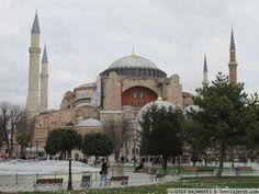 Hagia Sophia, Istanbul Santa Madre Sofía o Hagia Sophia (del griego: Άγια Σοφία, «Santa Sabiduría»; en latín: Sancta Sophia o Sancta Sapientia; en turco: Ayasofya) fue una antigua basílica patriarcal ortodoxa, posteriormente reconvertida en mezquita y actualmente en museo, en la ciudad de Estambul. Desde la fecha de su dedicación en el año 360 y hasta 1453 sirvió como la catedral católica bizantina de rito oriental de Constantinopla, excepto en el paréntesis entre 1204 y 1261 en que fue…