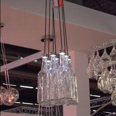 Voilà une idée astucieuse de bouteilles de verre recyclées en luminaire #GlassIsLife