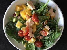 Salade met spinazie, cherrytomaten, gerookte kipfilet, mango, avocado, geitenkaas en pijnboompitjes.