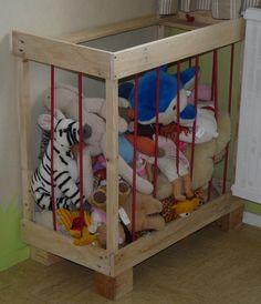 J'avais adoré l'idée ... quelques matériaux de récup plus tard Eloïse a elle aussi son parc à doudous. (en grande partie réalisé en bois de palette 60X60X30)