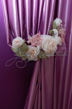 Глядя на цветы из ткани для штор, не перестаешь удивляться, что из обычного материала можно создавать такие шедевры.
