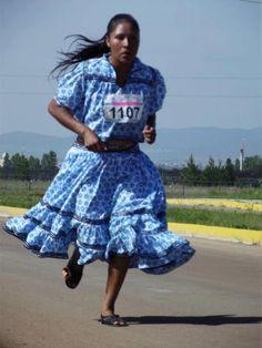 This is how Mexican women win Marathons, awesome!!!....Gana María Salomé la carrera Oxxo de 10 kilómetros | ELHEROICO.COM