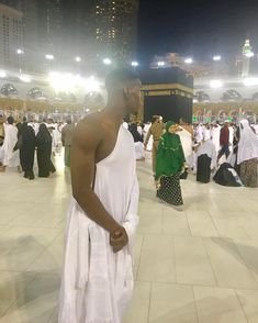 Manchester United's Paul Pogba starts off Ramadan by going on pilgrimage to Mecca - Spurs Media Paul Pogba Muslim, Debut Du Ramadan, 2018 Ramadan, Travel To Saudi Arabia, Pilgrimage To Mecca, Ramadan Greetings, Manchester United Players, Mekkah, Mohamed Salah