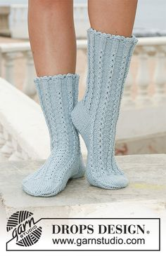 "socks in ""Merino Extra Fine"" with cables by DROPS design Knitting Patterns Free, Free Knitting, Free Pattern, Crochet Patterns, Scarf Patterns, Drops Design, Crochet Slippers, Knit Crochet, Magazine Drops"