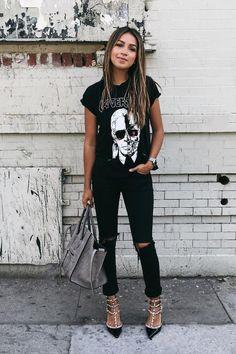 Julie Sariñana - Posing on the street
