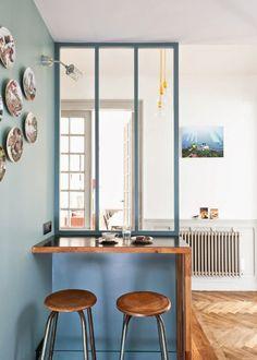 Une verrière bleue pour un coin repas dans la cuisine